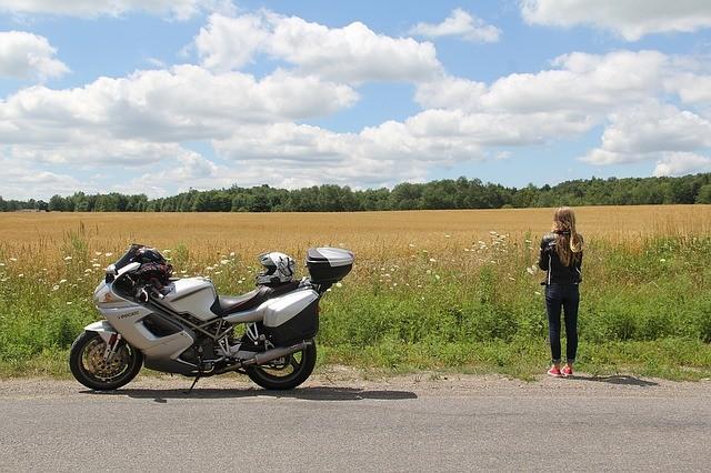 Viajar en moto es muy divertido, pero no olvides el seguro.