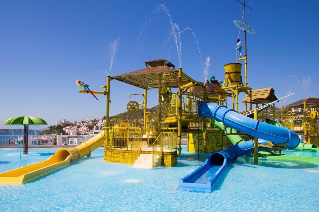 hoteles con toboganes y piscinas para ninos en menorca