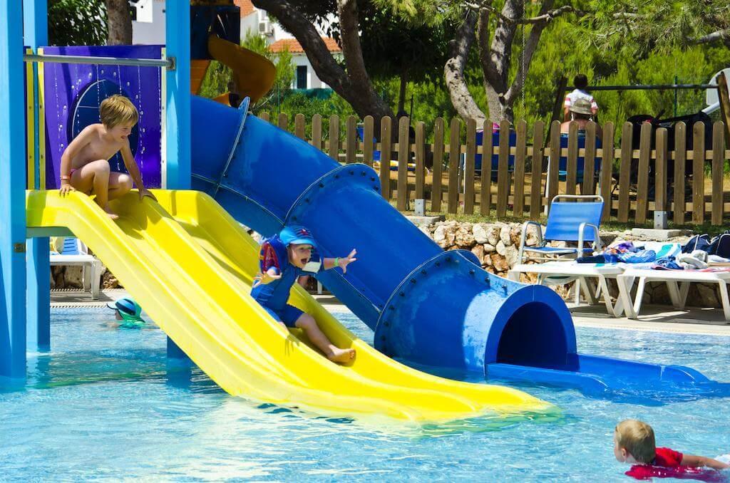 hoteles con toboganes y piscinas para familias en menorca