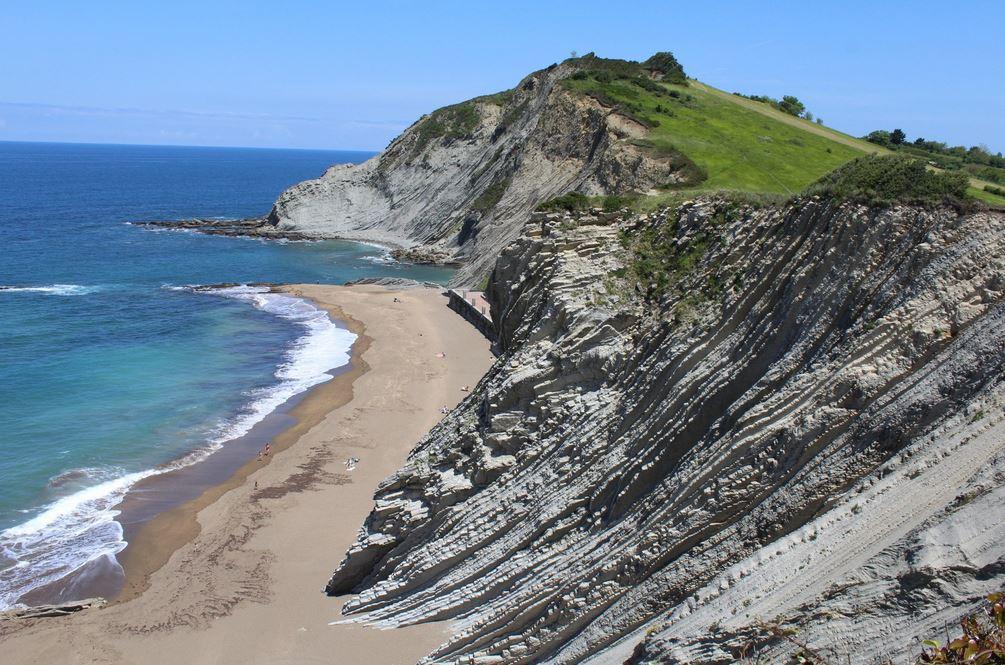 pueblos bonitos cerca de san sebastian zumaia rocas